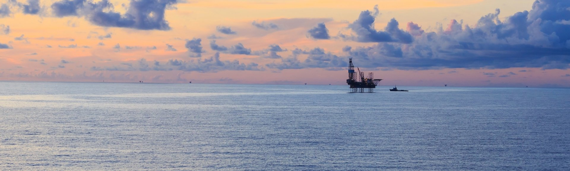 A ship and oil rig. Image: Shutterstock.